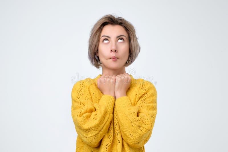 Sekretär in Gelbem, ihre Augen beim Empfangen von Aufgabe sweaterrolling von ihrem Chef stockbilder