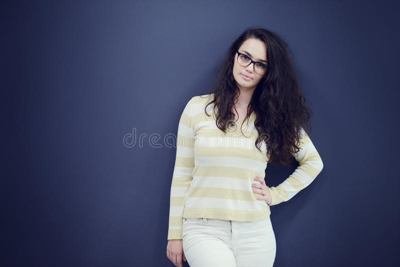 Sekretär oder Geschäftsfrau mit überraschtem Blick auf ihrem Gesicht lokalisiert über dunklem Hintergrund lizenzfreies stockfoto