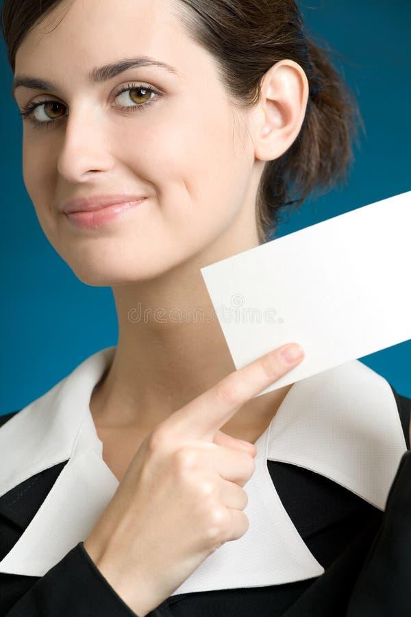 Sekretär oder Geschäftsfrau mit der unbelegten Anmerkungskarte, lächelnd lizenzfreie stockfotos