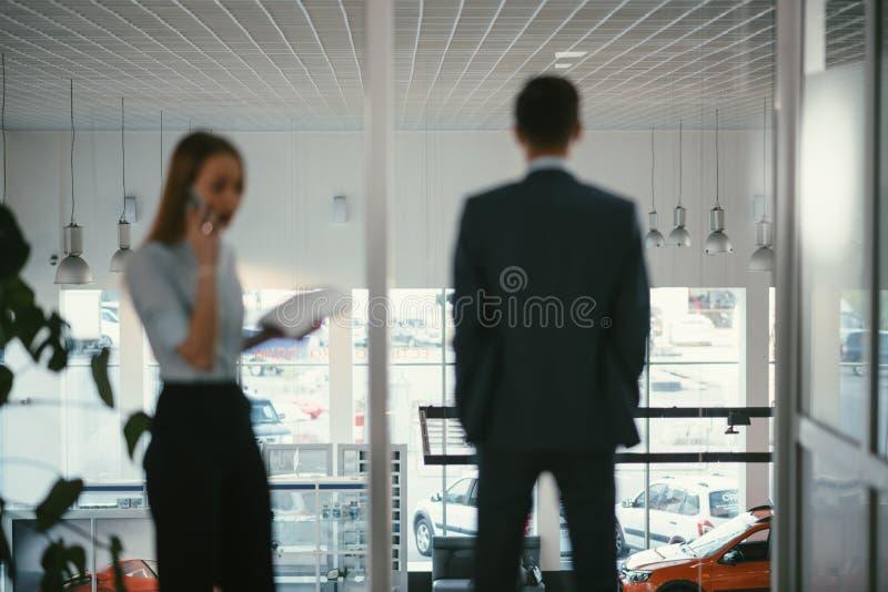 Sekretärumhüllung coffeeb Geschäftsmann, der an Laptop-Computer im Büro, lächelnd arbeitet lizenzfreie stockbilder