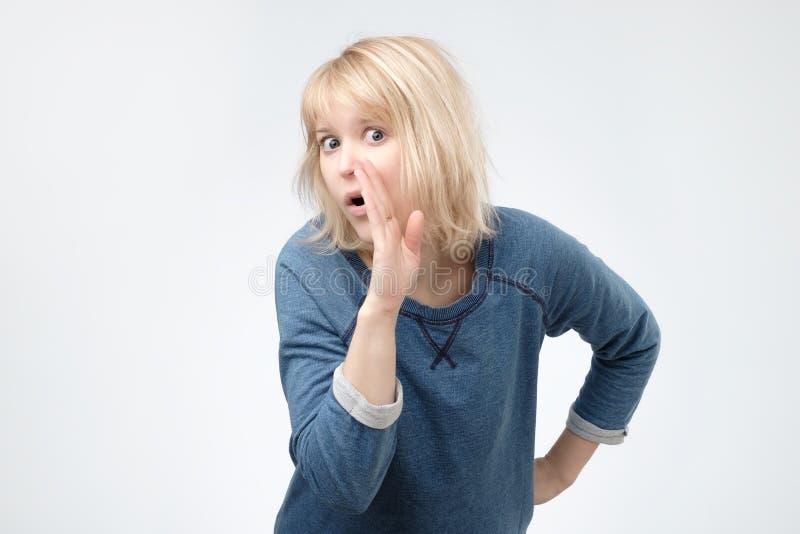Sekret, plotki pojęcie Ładny nastolatek szepcze sekret za jej ręką obrazy stock