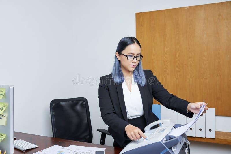 Sekretarka druk za dokumencie - fotografia stock