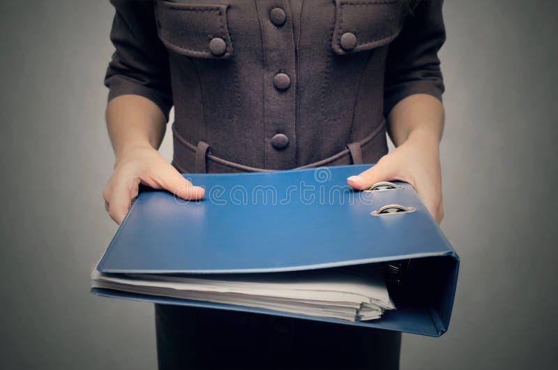 Sekretarka z dokument falcówkami Biurowa kobieta zdjęcie royalty free