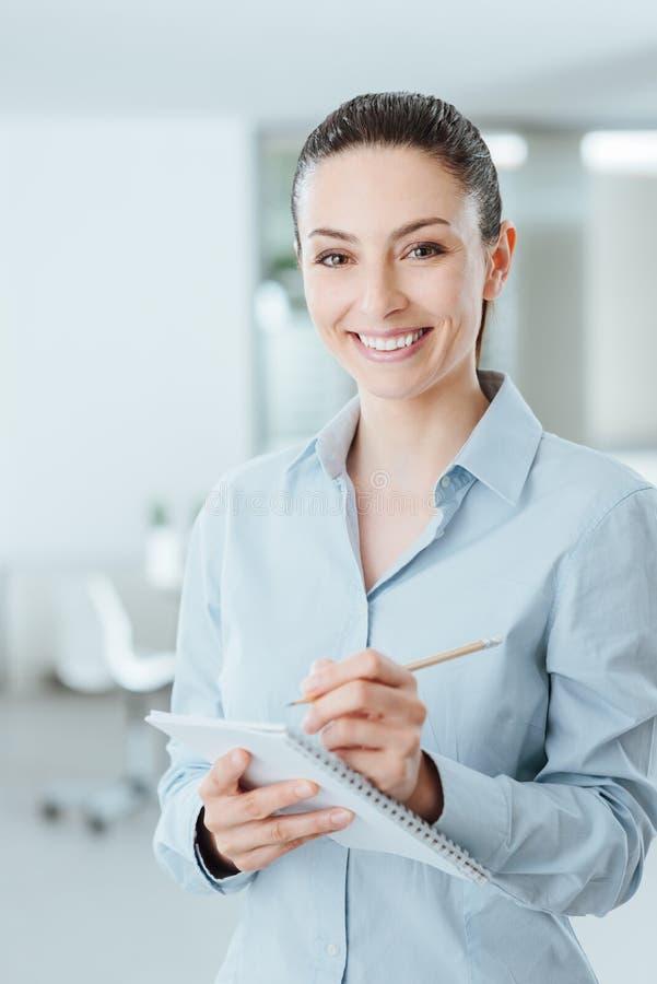 Sekretarki writing notatki na notatniku fotografia royalty free