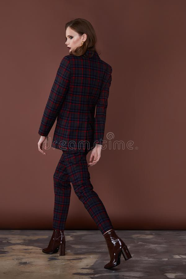 Sekreterare för modell för perfekt för kropp för modestilkvinna för form för brunett för hår för kläder mörk för dräkt för omslag arkivfoto