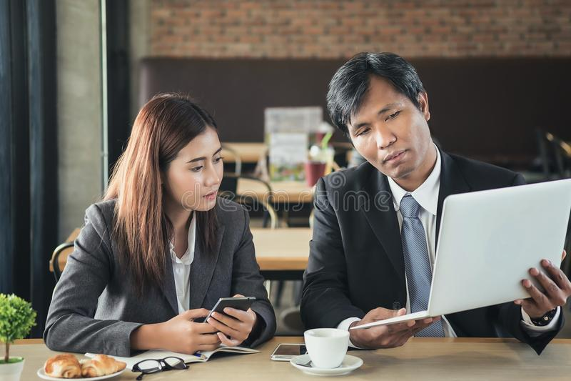 Sekreterare och affärsmän diskuterar och planerar deras arbete under c royaltyfria foton