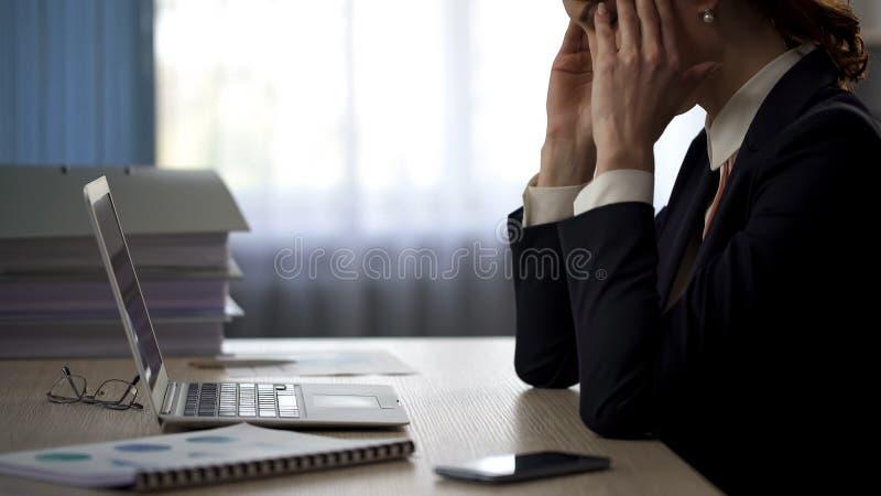 Sekreterare som hårt arbetar och gör det brutto- felet, damlidande från huvudvärk arkivbilder