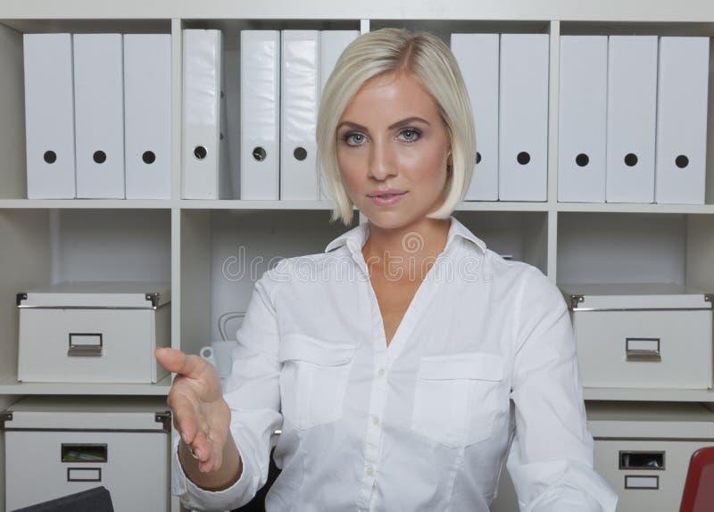 Sekreteraren erbjuder handclasp royaltyfria foton