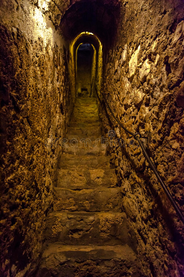 Sekretu przesmyka kamienia tunel z schodkami obrazy royalty free