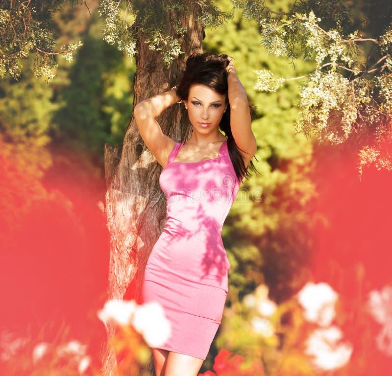 Seksowna atrakcyjna kobieta pozuje modę outdoors zdjęcia stock