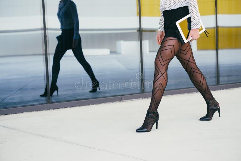 Seksowna biznesowa kobieta chodzi jej praca zdjęcie stock