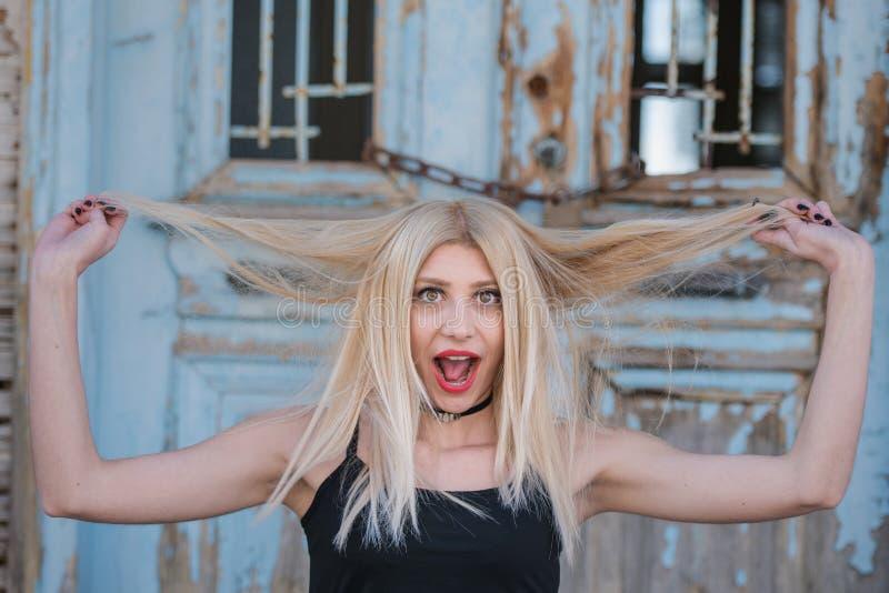 Seksowna blond kobiety sztuka z hairs z zdziwioną twarzą obraz royalty free
