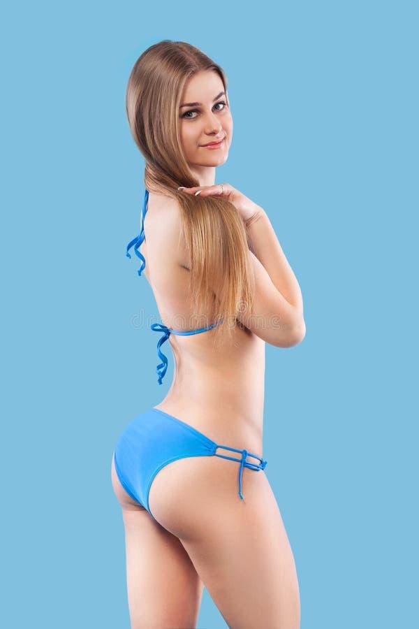 Seksowna blondynki kobieta jest ubranym różowego swimwear pozuje na koloru tle idealne ciało Bikini katalog zdjęcie stock