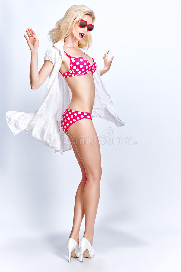 Download Seksowna Blondynki Kobieta W Czerwieni Kropkuje Swimsuit I Obraz Stock - Obraz złożonej z dziewczyna, zmysłowy: 57671173