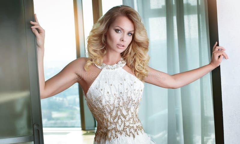 Seksowna blondynki kobieta w eleganckiej sukni zdjęcie royalty free