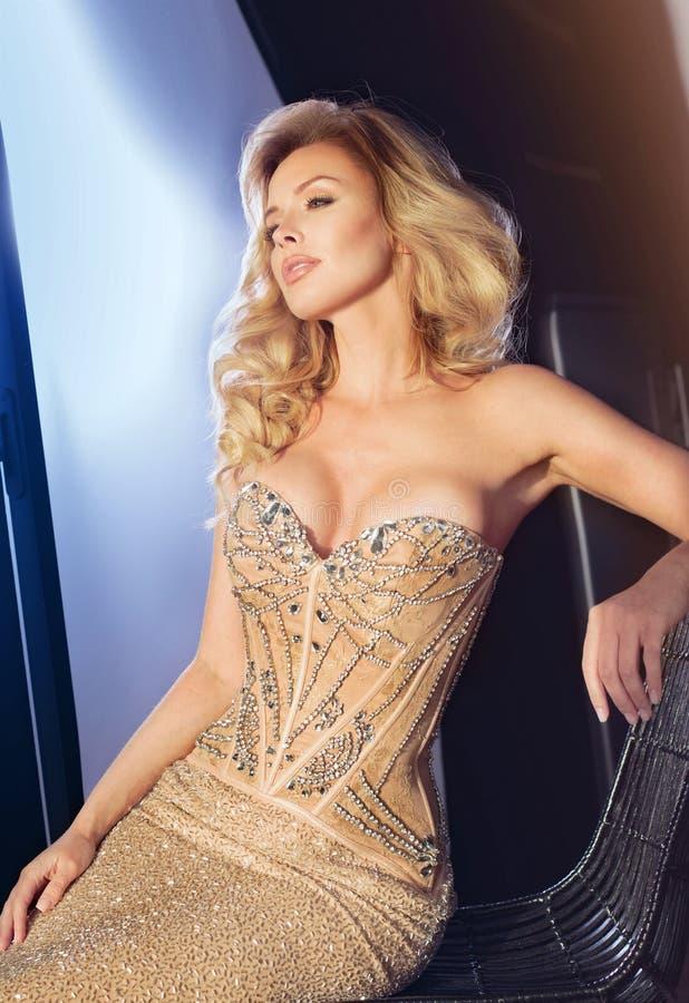 Seksowna blondynki kobieta w eleganckiej sukni obraz stock