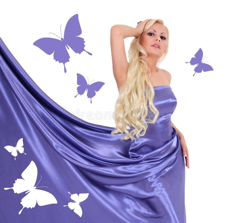 Seksowna blondynki młoda kobieta w błękitnej jedwab sukni z motylami obrazy stock