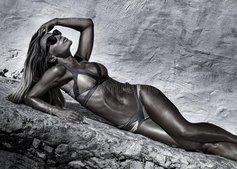 Seksowna dama sunbathing, wakacje obraz royalty free