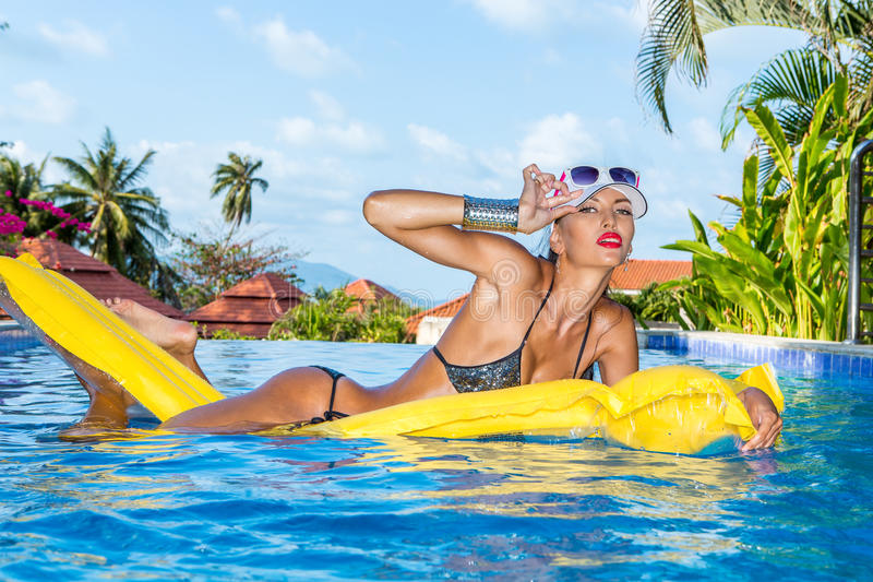 Seksowna dama z długimi nogami przy basenem zdjęcia royalty free