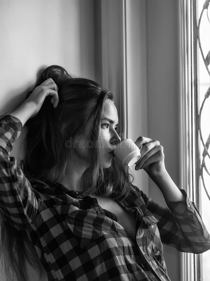 Seksowna dziewczyna pije kawę obrazy stock