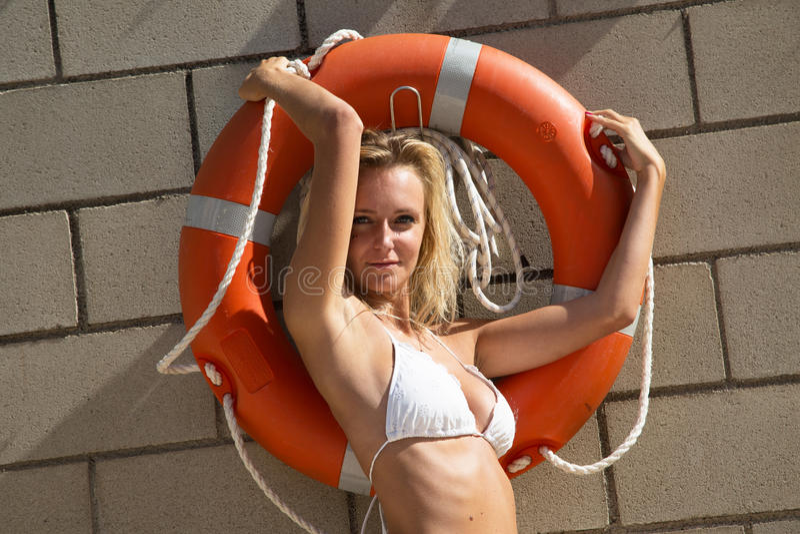 Seksowna dziewczyna w bikini z lifebelt fotografia stock