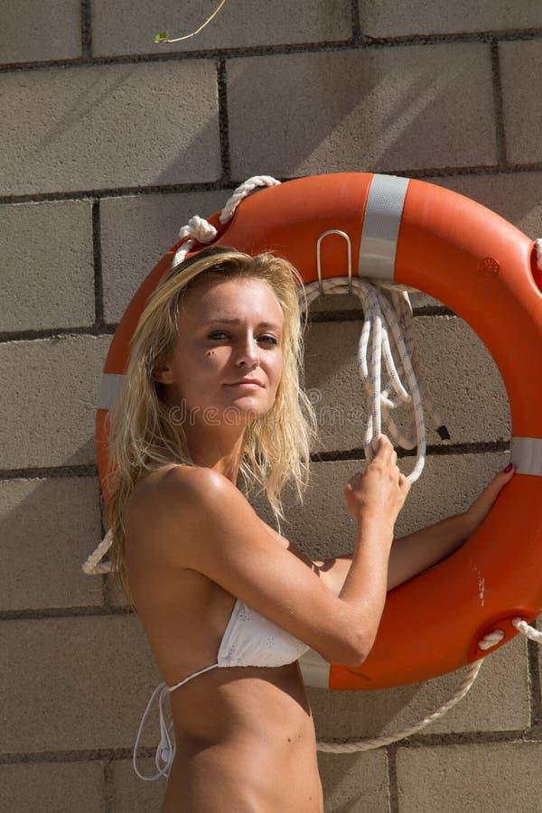 Seksowna dziewczyna w bikini z lifebelt zdjęcie royalty free