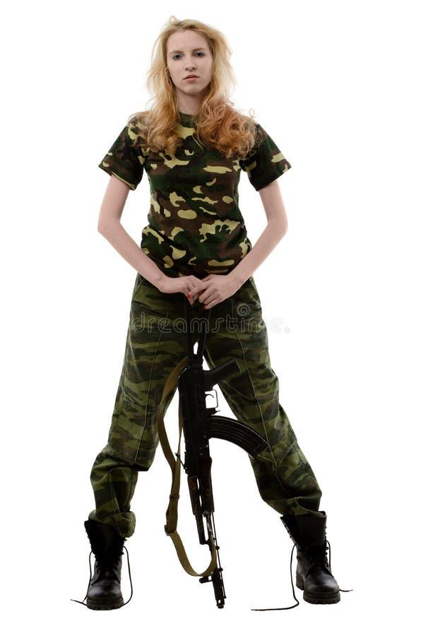 Seksowna dziewczyna w kamuflażu mundurze i pistolecie w rękach zdjęcie stock
