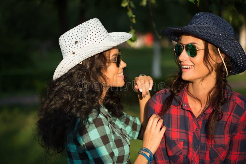 Download Seksowna Dziewczyna W Kowbojskich Kapeluszach I Szkockich Krat Koszula Zdjęcie Stock - Obraz złożonej z ląg, dzień: 57663436