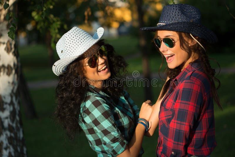Download Seksowna Dziewczyna W Kowbojskich Kapeluszach I Szkockich Krat Koszula Obraz Stock - Obraz złożonej z kraj, osoba: 57663445