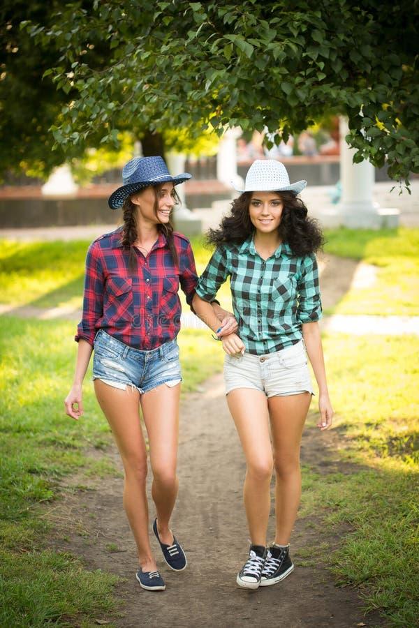 Download Seksowna Dziewczyna W Kowbojskich Kapeluszach I Szkockich Krat Koszula Obraz Stock - Obraz złożonej z splendory, femaleness: 57663463