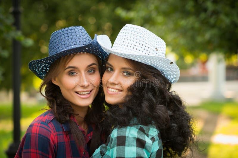 Download Seksowna Dziewczyna W Kowbojskich Kapeluszach I Szkockich Krat Koszula Obraz Stock - Obraz złożonej z glam, femaleness: 57663501