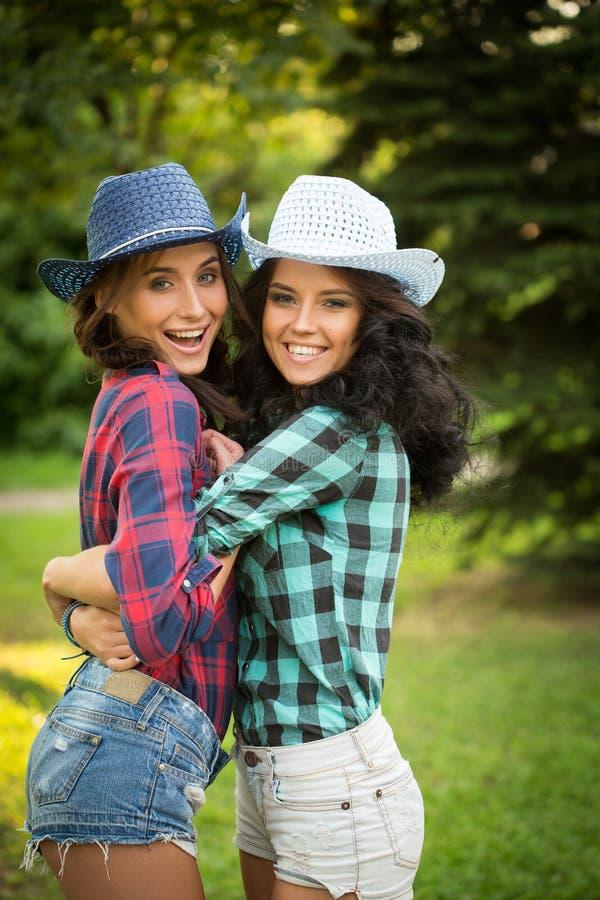 Download Seksowna Dziewczyna W Kowbojskich Kapeluszach I Szkockich Krat Koszula Obraz Stock - Obraz złożonej z ludzie, glamorize: 57663643