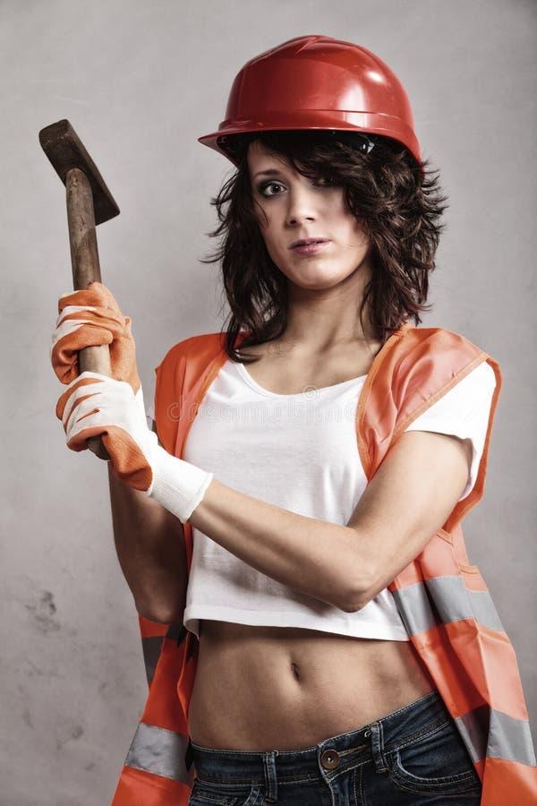 Seksowna dziewczyna w zbawczego hełma mienia młota narzędziu obraz stock