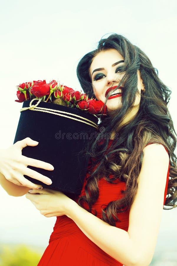 seksowna dziewczyna z czerwonymi r??ami obraz royalty free