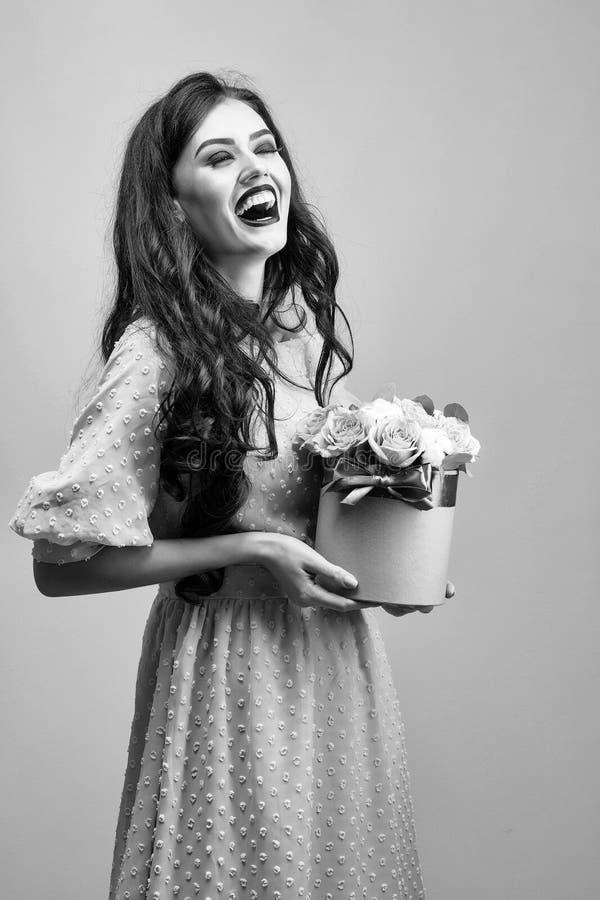 Seksowna dziewczyna z różami na zieleni zdjęcie stock