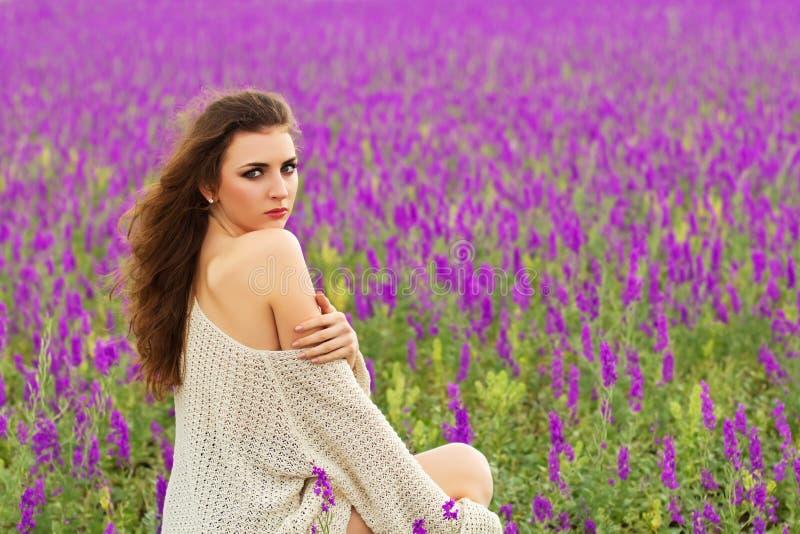 Seksowna kędzierzawa brunetka zdjęcie royalty free