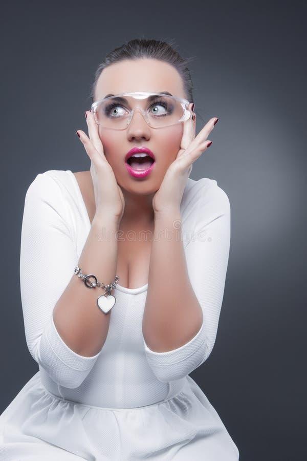 Seksowna Kaukaska brunetki kobieta Z Oba ręki Podnoszącym seansu Zdziwionym wyrazem twarzy obraz royalty free