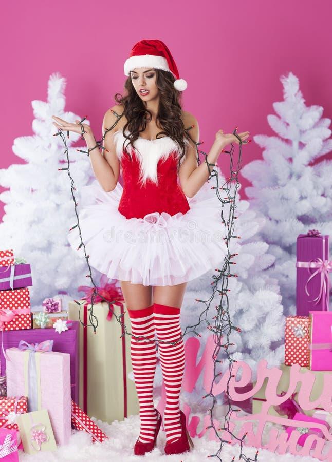 Seksowna kobieta łapać w pułapkę w bożonarodzeniowe światła obraz royalty free