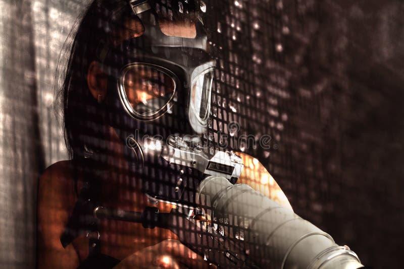 Seksowna kobieta jest ubranym Ammo maskę gazową z mgłą, zdjęcia royalty free