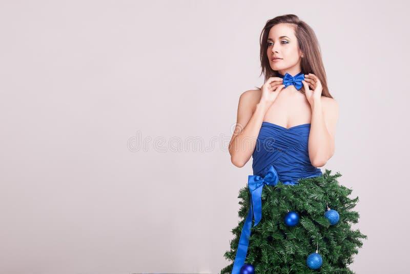 Seksowna kobieta jest ubranym błękitnego łęk i konceptualni boże narodzenia ubieramy zdjęcie royalty free