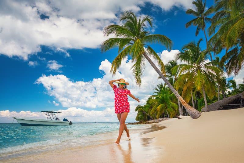 Seksowna kobieta ma zabawę na tropikalnej wyspy plaży Saona cana republika punta republika obrazy stock