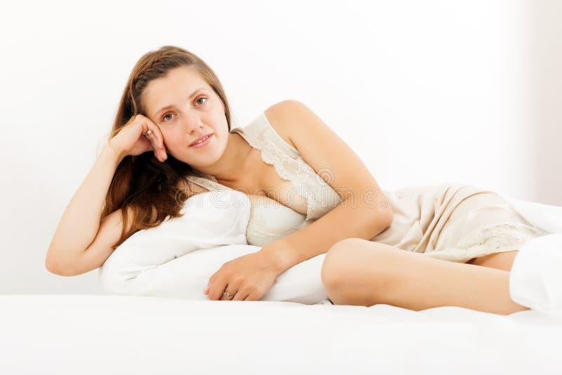 Seksowna kobieta na łóżku w domu obraz stock