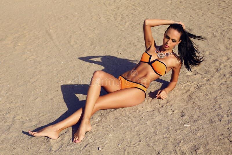 Seksowna kobieta relaksuje na lato plaży w bikini obrazy royalty free