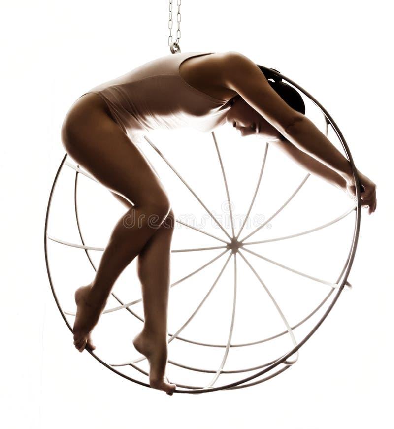 Seksowna kobieta w beżowym swimsuit na metal klatce na białym tle obraz royalty free