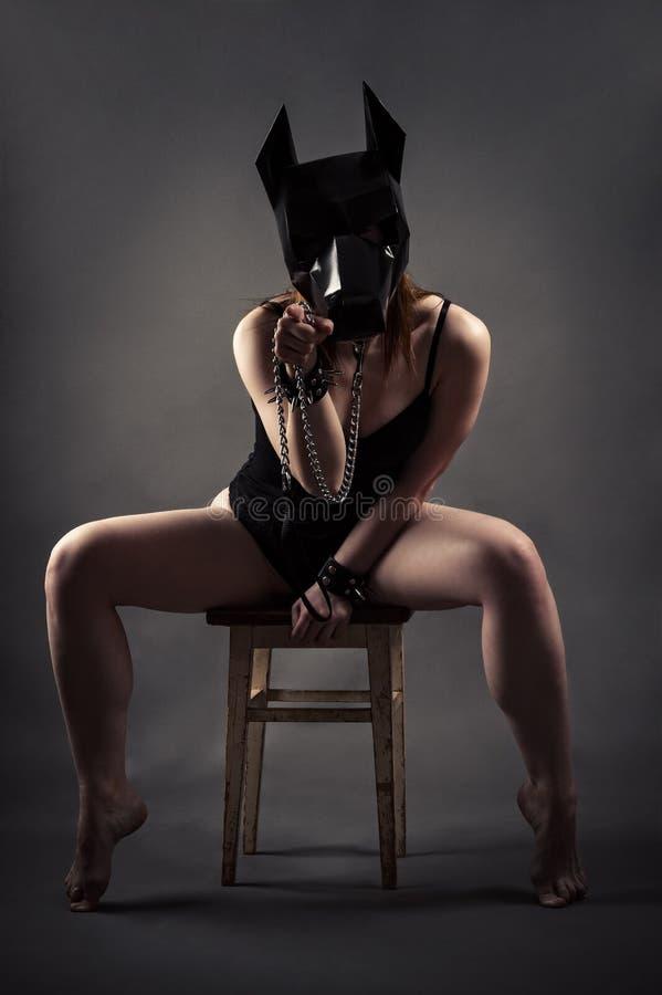 Seksowna kobieta w psa smyczu i masce pokazuje gest z palcem zdjęcie stock