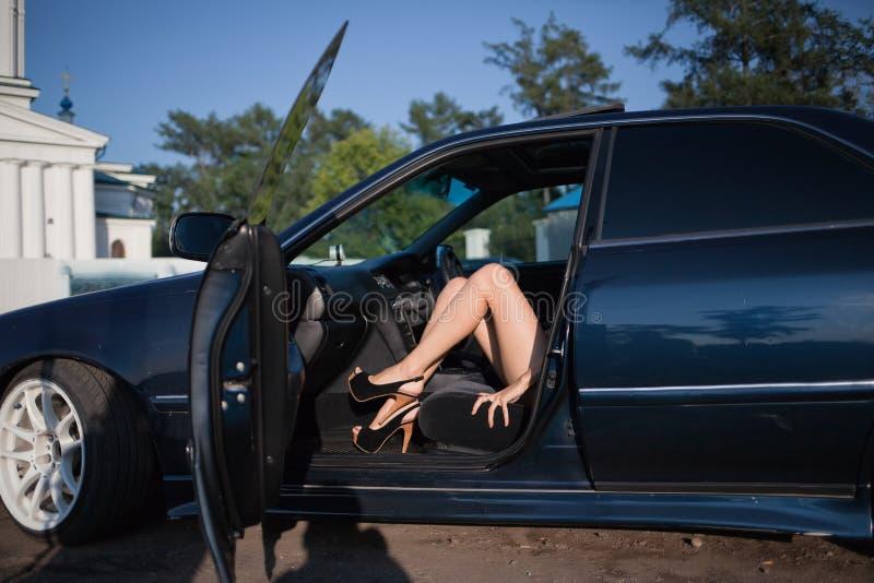 Seksowna kobieta w samochodzie obrazy royalty free