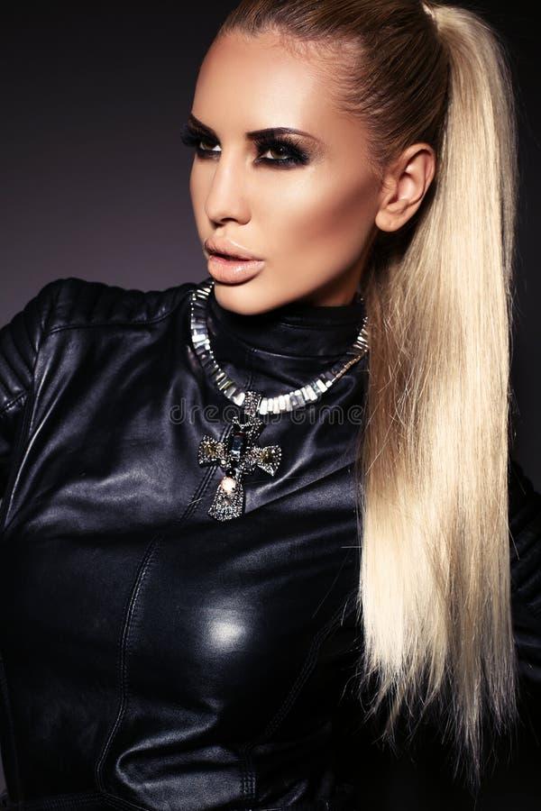 Seksowna kobieta z blondynem w skórzanej kurtce i kolii fotografia royalty free