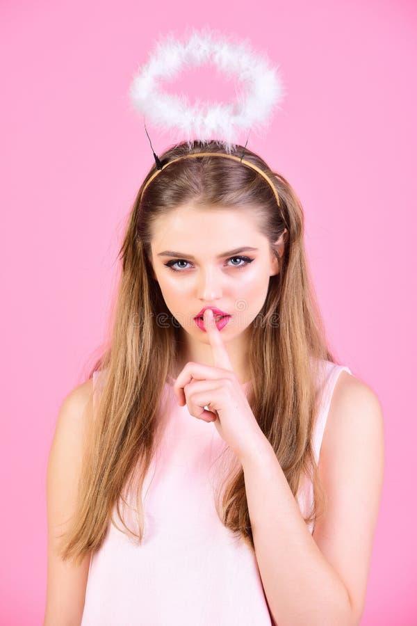 Seksowna kobieta z długie włosy na różowym tle Mody spojrzenie dziewczyna z anioła halo dziewczyna z makeup i zdrowym włosy obraz royalty free