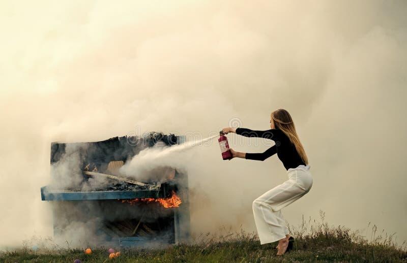 Seksowna kobieta z długie włosy przy pianinem na ogieniu, Halloween Muzyki sztuka i styl Ogień i dym na grunge instrumencie obrazy stock
