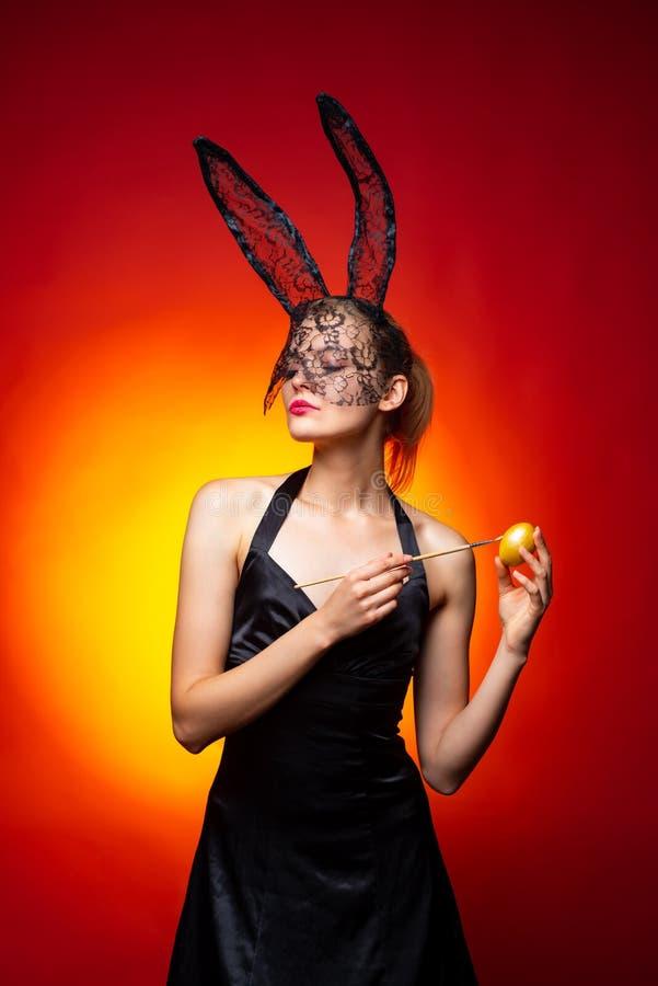 Seksowna kobieta z królików ucho na czerwonym tle Wielkanocny Wakacyjny pojęcie w górę kobiety powabny zamknięty portret fotografia stock